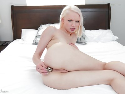 Petite girl sticks it down the exasperation for a complete cam play
